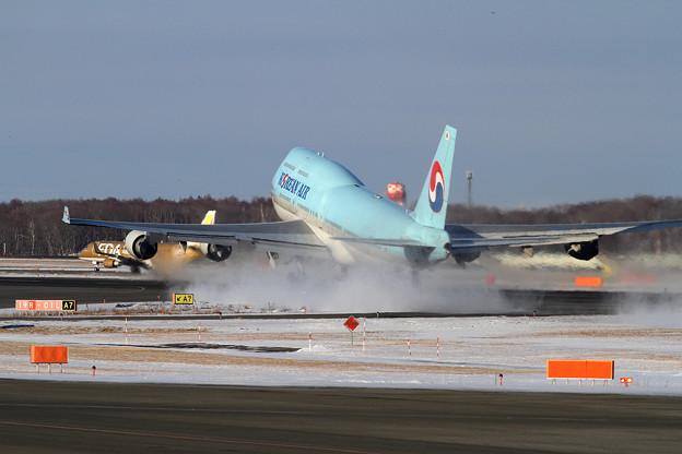 B747 KALジャンボ少ない雪を巻き上げてtakeoff