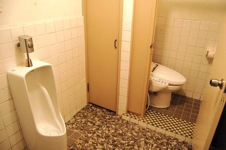 男性トイレ内