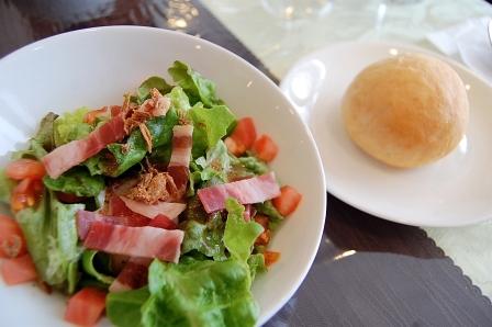 サラダ、手作りパン
