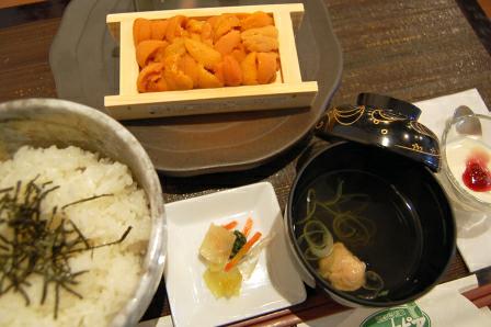 うに折丼2,000円。エゾバフンウニに、食塩&ミョウバン含む