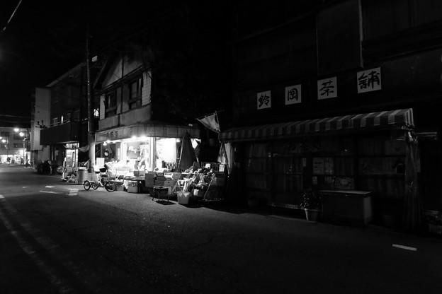写真: 再開発地区の果実店