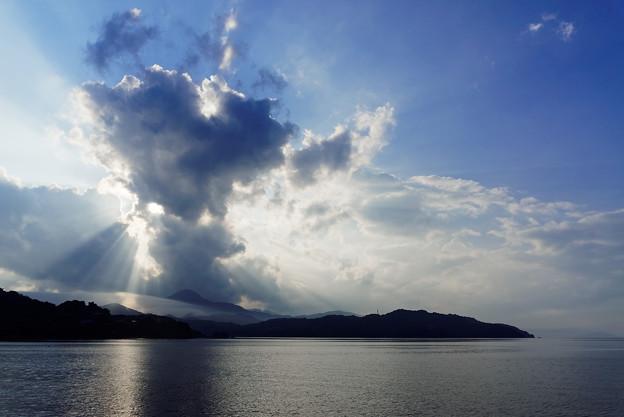夏の雲に遮られ
