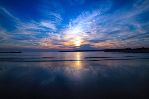 砂浜に写った空