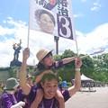 写真: ゲーフラあげて、娘肩車して、応援して・・・