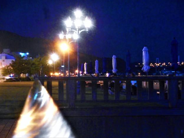 海岸通りの夕涼みスポット@しまなみ海道が見える(右に)