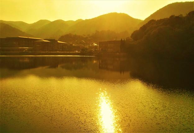 セピア色の湖畔の秋景@久山田水源池