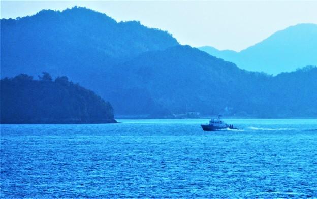波を蹴立てて 遠く沖合を行くのは@海上保安庁の船舶