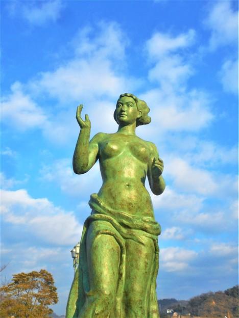 見上げれば「渚の女神」@圓鍔勝三・名誉市民@駅前散歩