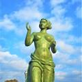 Photos: 見上げれば「渚の女神」@圓鍔勝三・名誉市民@駅前散歩