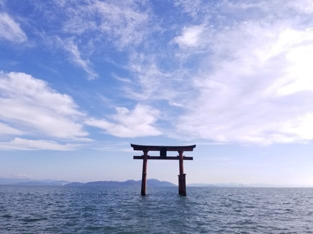 写真: 空と湖の入口かな