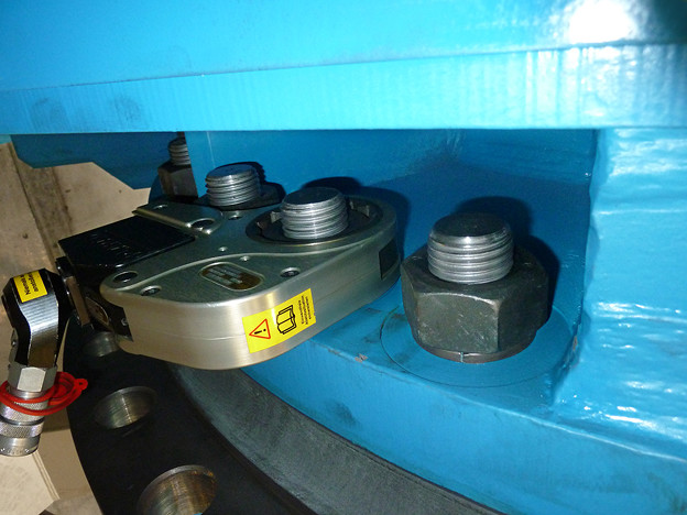 狭所ボルト締め 油圧トルクレンチ センターホール型 最大締付けトルク5500Nm