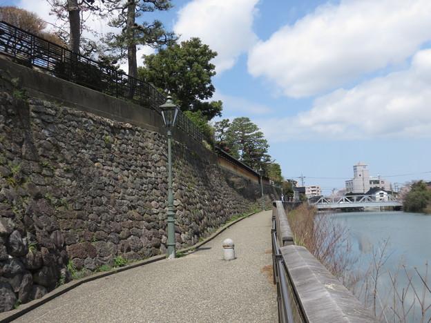 小橋から浅野川・下流を見る