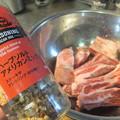 写真: 肉に下味をつける