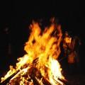 写真: 大焚火(1月1日、今泉称名寺)