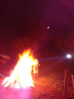 写真: 焚火と月(1月1日、今泉称名寺)
