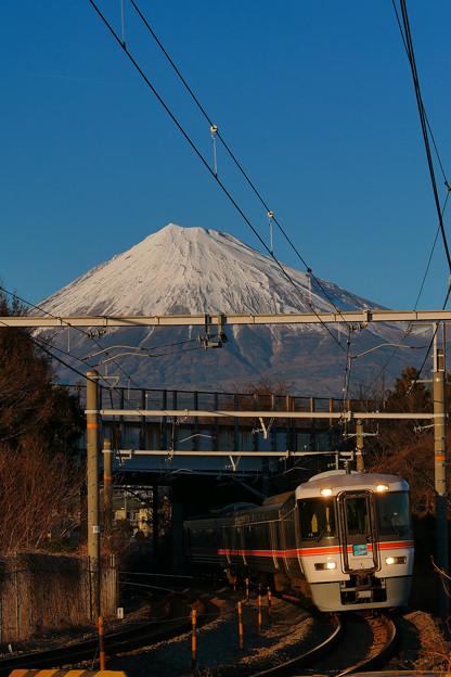 写真: 東名高速ガードとコーナー
