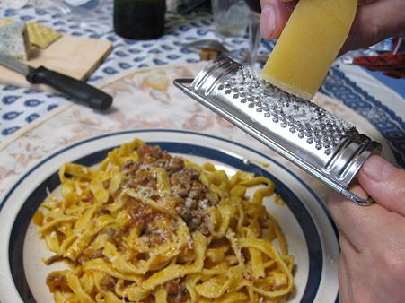 ミートソースに熟成チーズを