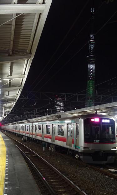 東京スカイツリーと東急電鉄5000系