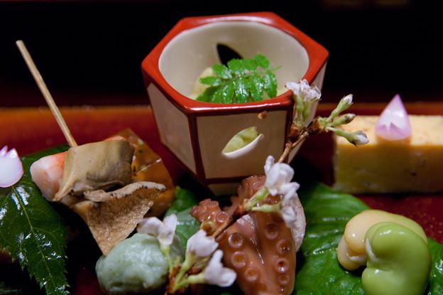 八寸:鯛の子白子ゼリー寄せ 桜葉鮨 白魚玉〆 空豆蜜煮 飯蛸煮 筍木の芽和え 車海老 鮑 蓬真丈 花びら百合根