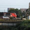 橋と貨物列車と車