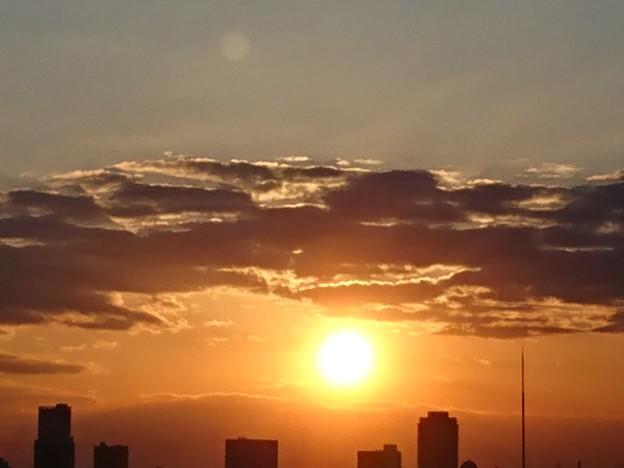 写真: 都会の夕暮れ