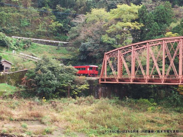 トンネルに吸い込まれる列車。