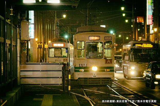 写真: 夜の終着駅。