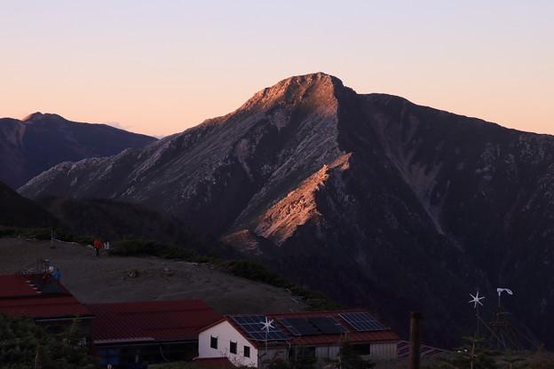 夕日で光る常念岳