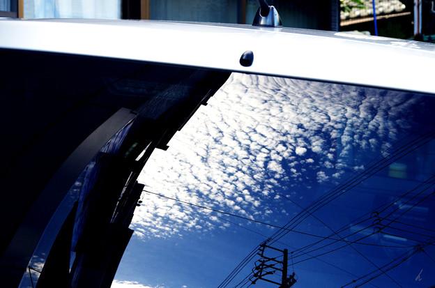 写真: 写り込んだ秋のうろこ雲