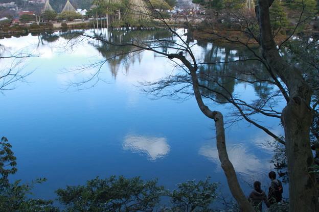 兼六園 青空と霞ヶ池 素敵な二人