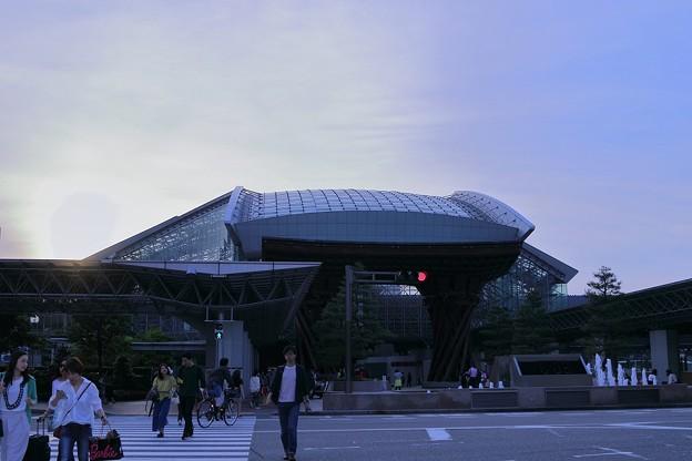 写真: 夕暮れの金沢駅(2)