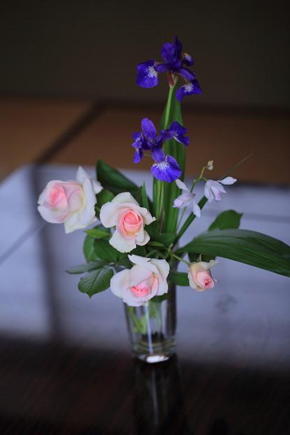 バラとアヤメと口紅シラン
