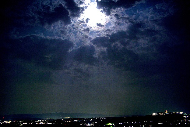 写真: 月の光芒と夜景