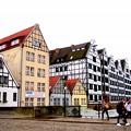 橋の向こうの建物はドイツふう木組みの建物も。