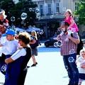 広場中に飛ぶシャボン玉に大騒ぎな子供達
