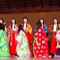 平安時代装束の若い女性、少女、少年達が演じる