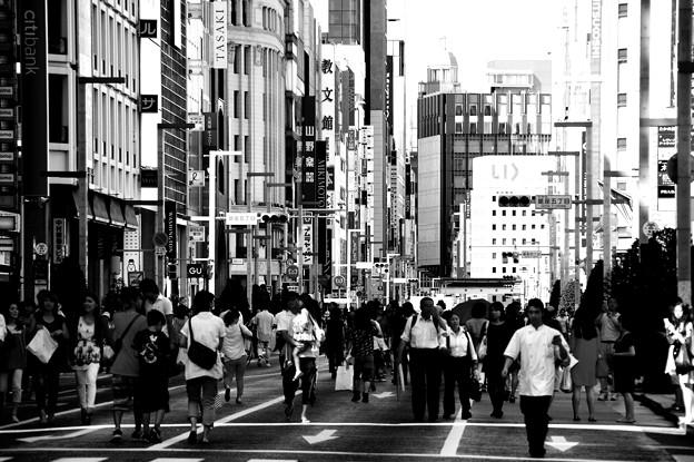 休日の銀座ホコ天モノクロな風景・・20140629
