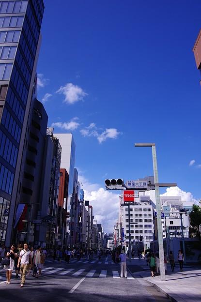 青空綺麗で休日の銀座六丁目風景・・20140629