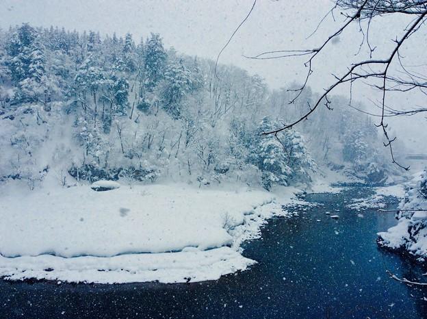 白川郷の川は銀世界。。2月13日