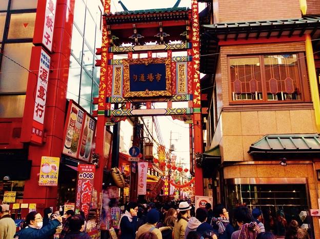 大いに盛り上がりを見せる横浜中華街春節。。市場通り門 2月21日