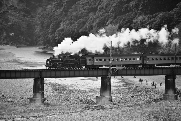 モノクロの風景。。川根温泉 大井川を渡るSL。。