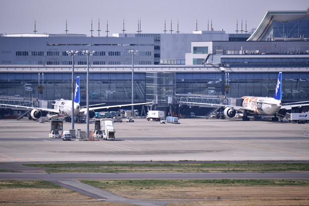 羽田国際線ターミナルに2機のSTARWARS JET R2-D2とBB-8。。20170325