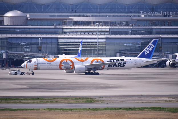 羽田国際線ターミナルから海外へANA BB-8JET。。20170325