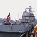 米海軍ミサイル駆逐艦シャイローの後方。。