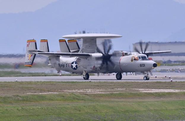 岩国基地に配備されたアドバンスホークアイ E-2D 転がり 5月3日