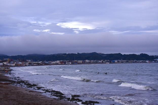撮って出し。。梅雨空の鎌倉由比ヶ浜の海岸 6月25日