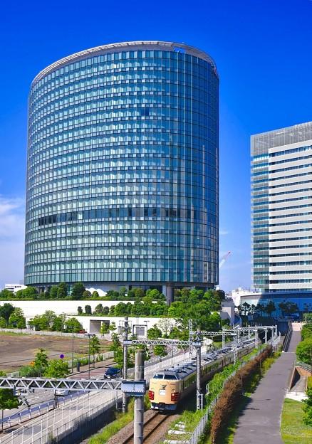 横浜新高島 ゼロックスビルと日産横浜本社ビル見ながら189系国鉄色走る20170527