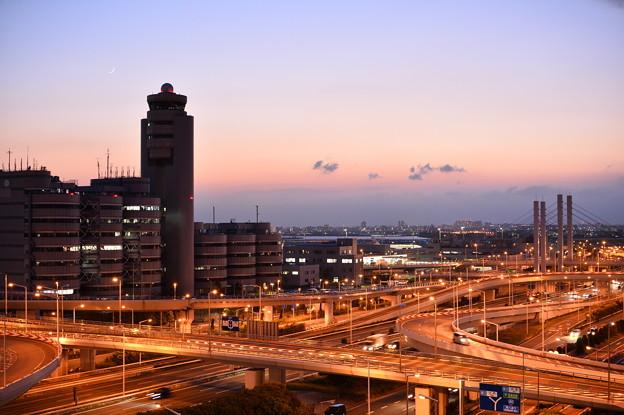 夕暮れの羽田空港首都高湾岸線。。20170527