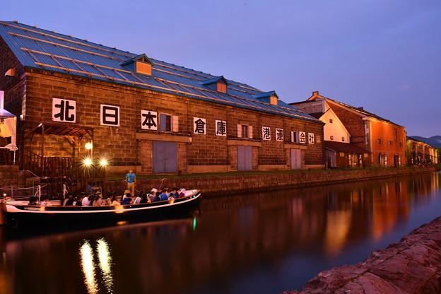 夕暮れでライトアップされて小樽運河。。20170722