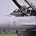 写真: パイロットのパンチ氏F-16へ。。